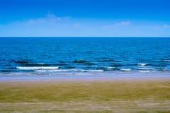 Λειχήνα στην παραλία και την μπλε θάλασσα Στοκ Εικόνες