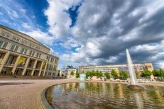 ΛΕΙΨΙΑ, ΓΕΡΜΑΝΙΑ - 17 ΙΟΥΛΊΟΥ 2016: Οι τουρίστες επισκέπτονται Augustusplatz Στοκ φωτογραφία με δικαίωμα ελεύθερης χρήσης