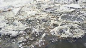 Λειωμένα μέταλλα πάγου στον ποταμό την άνοιξη απόθεμα βίντεο