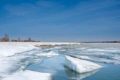 Λειωμένα μέταλλα πάγου στον ποταμό Στοκ εικόνα με δικαίωμα ελεύθερης χρήσης
