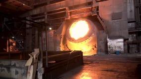 Λειωμένος σίδηρος στο coreless φούρνο στις μεταλλουργικές εγκαταστάσεις r Μεγάλο σύνολο δεξαμενών του λειωμένου χάλυβα, βαριά βιο απόθεμα βίντεο
