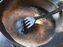 Λειωμένο δίκρανο πολυαιθυλενίου υψηλής πυκνότητας στο τηγάνισμα του τηγανιού Στοκ Εικόνες