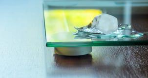 Λειωμένο μέταλλο κύβων πάγου στην επιφάνεια γυαλιού διανυσματική απεικόνιση