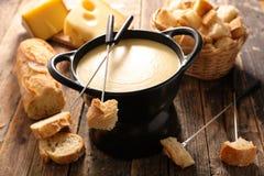 λειωμένο fondue κομμάτι τυριών ψωμιού στοκ φωτογραφία με δικαίωμα ελεύθερης χρήσης