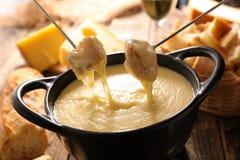 λειωμένο fondue κομμάτι τυριών ψωμιού στοκ φωτογραφία