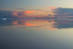 Λειώνοντας λίμνη βουνών άνοιξη στον ήλιο ρύθμισης Στοκ Φωτογραφία