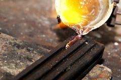 Λειώνοντας ασήμι σε ένα εργαστήριο κοσμήματος στοκ φωτογραφία με δικαίωμα ελεύθερης χρήσης