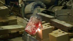 Λειώνοντας και πετώντας κατάστημα μετάλλων στις μεταλλουργικές εγκαταστάσεις απόθεμα βίντεο