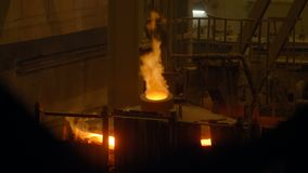 Λειώνοντας σίδηρος Furnance στο χυτήριο απόθεμα βίντεο