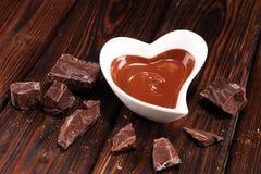 Λειώνοντας σοκολάτα/λειωμένος στρόβιλος και σωρός σοκολάτας σοκολάτας στοκ φωτογραφία με δικαίωμα ελεύθερης χρήσης