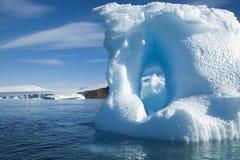 Λειώνοντας τακτοποιημένη ακτή παγόβουνων Στοκ Εικόνα
