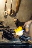 Λειώνοντας χρυσός Jeweler Στοκ εικόνα με δικαίωμα ελεύθερης χρήσης