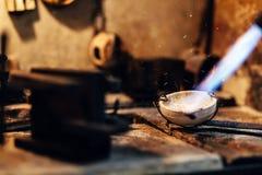 Λειώνοντας χρυσός Jeweler Στοκ Φωτογραφία