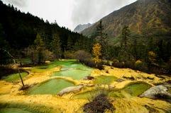 Λεκάνες ασβεστόλιθων σε Huanglong, ράχη - Στοκ Εικόνα