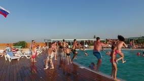 Λεκάνη οάσεων στο χωριό Golubitskaya, έδαφος Krasnodar Οι άνθρωποι χαλαρώνουν στη λίμνη Πισίνα για τους ενηλίκους και chi απόθεμα βίντεο