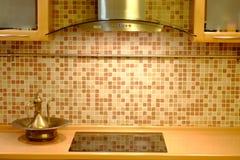 Λεκάνη χαλκού και μια κατσαρόλα κοντά στον τοίχο κουζινών Στοκ εικόνες με δικαίωμα ελεύθερης χρήσης