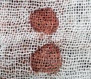 Λεκέδες αίματος στο άσπρο υλικό στοκ εικόνες με δικαίωμα ελεύθερης χρήσης