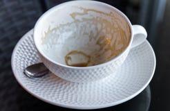 Λεκέδες καφέ σε ένα φλιτζάνι του καφέ στο μαύρο γυαλί Στοκ Φωτογραφίες