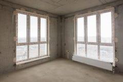 Λεκιασμένα παράθυρα γυαλιού στο δωμάτιο ενός σπιτιού διαμερισμάτων πολυ-ιστορίας Στοκ Εικόνα