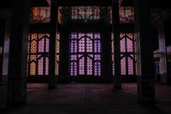 Λεκιασμένες παράθυρα και στήλες γυαλιού μέσα στο μουσουλμανικό τέμενος στοκ φωτογραφία