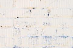 Λεκιασμένος άσπρος τουβλότοιχος με την κινηματογράφηση σε πρώτο πλάνο ασβεστοκονιάματος Για το σύγχρονο υπόβαθρο, το σχέδιο, η τα Στοκ Εικόνες