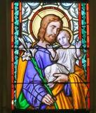 Λεκιασμένο γυαλί - Άγιος Joseph και παιδί Ιησούς στοκ φωτογραφία με δικαίωμα ελεύθερης χρήσης