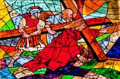 Λεκιασμένο γυαλί που εμφανίζει πτώσεις του Ιησού κάτω από το σταυρό Στοκ φωτογραφίες με δικαίωμα ελεύθερης χρήσης