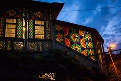 Λεκιασμένο γυαλί στα παράθυρα του παλαιού σπιτιού στο Tbilisi, Georgi Στοκ εικόνα με δικαίωμα ελεύθερης χρήσης