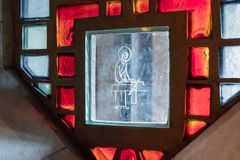 Λεκιασμένο γυαλί στο παράθυρο της βασιλικής Annunciation στην παλαιά πόλη της Ναζαρέτ στο Ισραήλ Στοκ εικόνα με δικαίωμα ελεύθερης χρήσης
