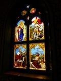 Λεκιασμένο γυαλί, ζωηρόχρωμο παράθυρο με ένα χριστιανικό θέμα Στοκ Εικόνες