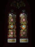Λεκιασμένο γυαλί, ζωηρόχρωμο παράθυρο με ένα χριστιανικό θέμα Στοκ Φωτογραφία