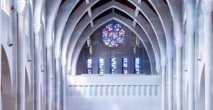 Λεκιασμένο γυαλί πέρα από τις πέτρινες αψίδες Στοκ φωτογραφία με δικαίωμα ελεύθερης χρήσης