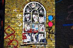 Λεκιασμένο παράθυρο αψίδων στο UK που επικονιάζεται πλήρως με τις αυτοκόλλητες ετικέττες Στοκ εικόνες με δικαίωμα ελεύθερης χρήσης