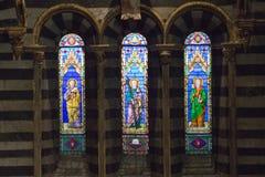 Λεκιασμένο παράθυρο γυαλιού του καθεδρικού ναού της Σιένα Άποψη του εσωτερικού καθεδρικών ναών από το πέρασμα κάτω από τη στέγη Ι Στοκ Φωτογραφία