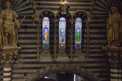 Λεκιασμένο παράθυρο γυαλιού του καθεδρικού ναού της Σιένα Άποψη του εσωτερικού καθεδρικών ναών από το πέρασμα κάτω από τη στέγη Ι Στοκ Εικόνες