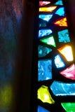 Λεκιασμένο φως ρίψης παραθύρων γυαλιού στον τοίχο στοκ φωτογραφίες με δικαίωμα ελεύθερης χρήσης