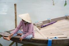 Λεμβούχος με τα κωνικά καπέλα στο Βιετνάμ Στοκ Φωτογραφία