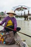 Λεμβούχος με τα κωνικά καπέλα στο Βιετνάμ Στοκ Φωτογραφίες