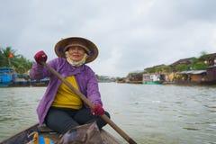 Λεμβούχος με τα κωνικά καπέλα στο Βιετνάμ Στοκ φωτογραφία με δικαίωμα ελεύθερης χρήσης