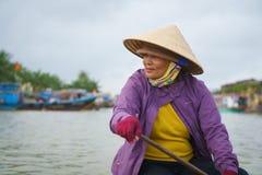 Λεμβούχος με τα κωνικά καπέλα στο Βιετνάμ Στοκ Εικόνα