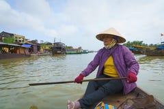 Λεμβούχος με τα κωνικά καπέλα στο Βιετνάμ Στοκ εικόνα με δικαίωμα ελεύθερης χρήσης