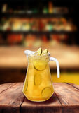Λεμονάδας φραγμών ξύλινος πίνακας ποτών λεμονιών μπαρ κίτρινος Στοκ Φωτογραφία