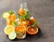 Λεμονάδα θερινών εσπεριδοειδών με το πορτοκάλι, ασβέστης στοκ εικόνες