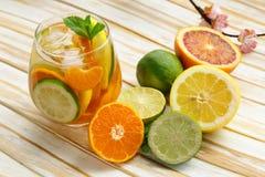 Λεμονάδα θερινών εσπεριδοειδών με το πορτοκάλι, ασβέστης στοκ φωτογραφία με δικαίωμα ελεύθερης χρήσης