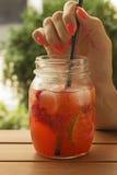 Λεμονάδα με τη φράουλα και τον ασβέστη στοκ εικόνες με δικαίωμα ελεύθερης χρήσης
