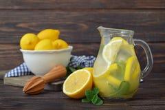 Λεμονάδα με το φρέσκο λεμόνι Στοκ Φωτογραφία