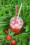 Λεμονάδα φραουλών με τον πάγο στο βάζο κτιστών Στοκ φωτογραφία με δικαίωμα ελεύθερης χρήσης