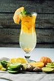 Λεμονάδα φρούτων σε έναν τυφώνα γυαλιού με persimmon και τη μέντα Στοκ φωτογραφία με δικαίωμα ελεύθερης χρήσης