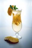 Λεμονάδα φρούτων σε έναν τυφώνα γυαλιού με persimmon και τη μέντα Στοκ φωτογραφίες με δικαίωμα ελεύθερης χρήσης