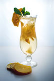 Λεμονάδα φρούτων σε έναν τυφώνα γυαλιού με persimmon και τη μέντα Στοκ Εικόνες